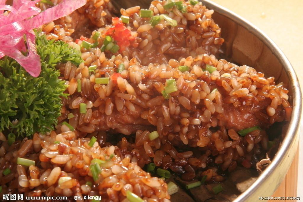 古代糯米鸡以糯米、瑶柱、虾干粒,或去骨的鸡翼等作馅料精制而成.