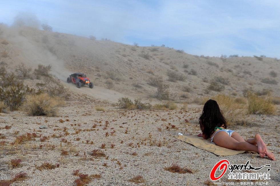 美女沙漠脱衣观赛车 场面火爆撞车不断 美女