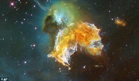 2005年,哈勃天文望远镜观测到的16万光年之遥的II类型超新星-科学家