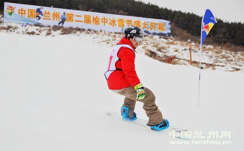 市民旅游纷纷前往滑雪场进行冰雪体验