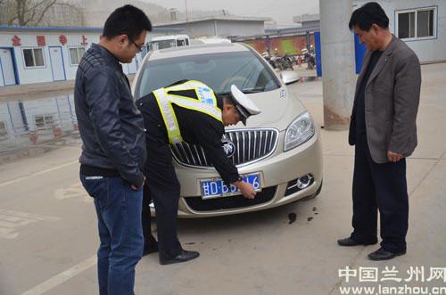河北大队民警给驾驶员演示机动车号牌安装高清图片