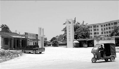 女生 海南/5月14日,涉案校长陈某鹏任职的万宁市第二小学。