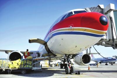 /11月18日,兰州中川机场地勤人员从抵达的航班上卸载行李。