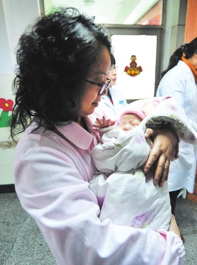 """南京""""婴儿安全岛""""收到首名弃婴"""