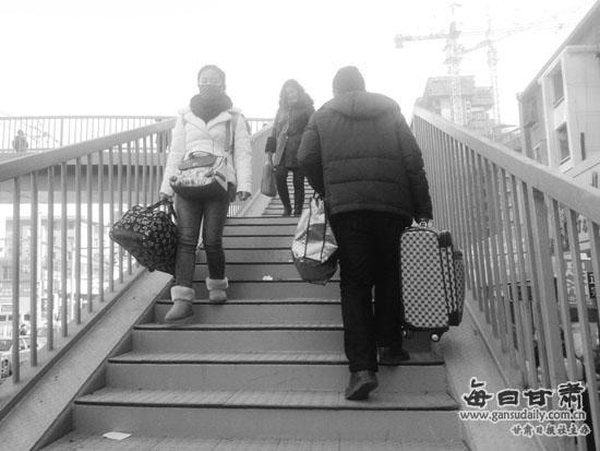 """火车站天桥缺""""坡道"""" 旅客箱包很难""""过"""""""