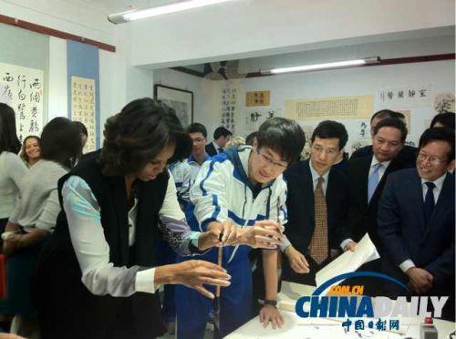 北京中学生穿宽松校服接待米歇尔引网友激辩图片