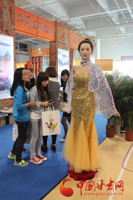 高仿真美女机器人亮相第七届甘肃文博会引围观