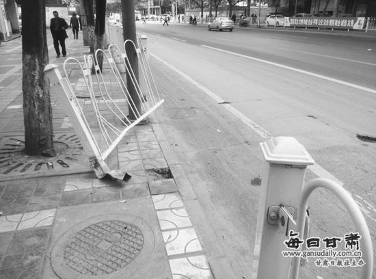 兰州市政大坡对面护栏被毁半月,为何无人维修