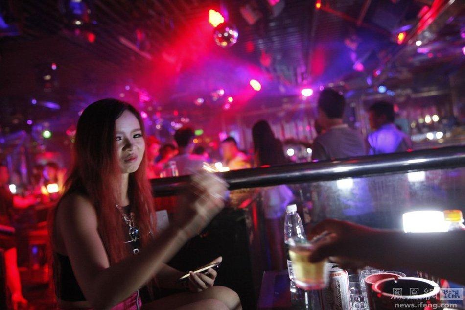 夜店舞女秘事:为让客人满意 台下台上竭尽全力