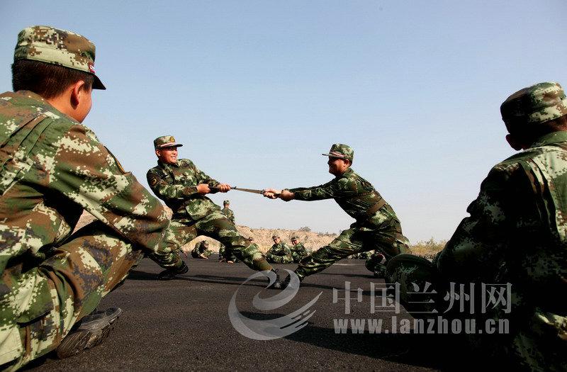 武警甘肃省森林总队新兵训练间隙的娱乐-甘肃森警 兵之初蜕变 从丈量