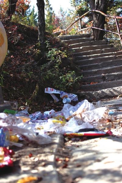兴隆山景区游人乱扔垃圾