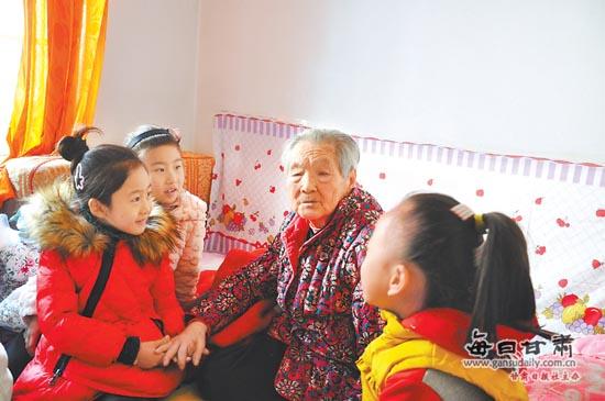 兰州小学生志愿者关爱社区老人图片