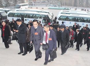 政协甘肃省十一届四次会议开幕 委员进入会场(图)