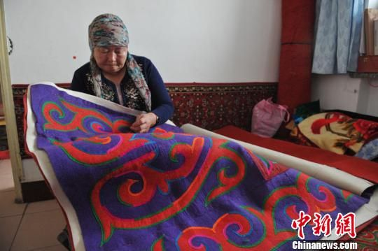 哈萨克刺绣图组-甘肃哈萨克族传承民俗技艺 留住 文化乡愁图片