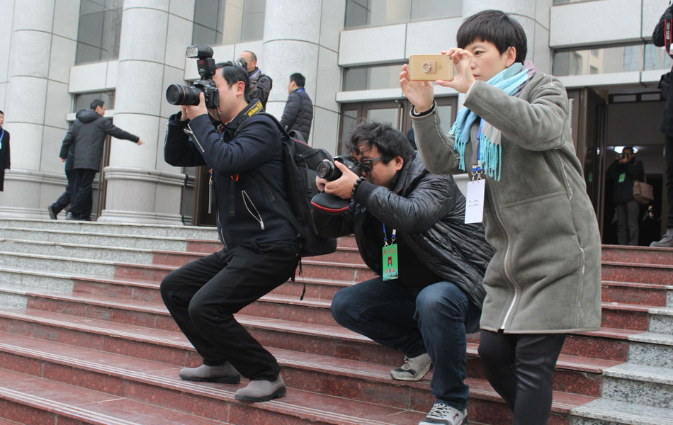 媒体记者陆续到位、进入工作状态