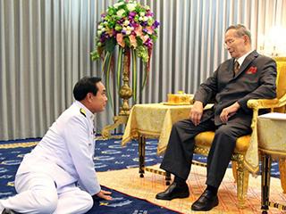 """这些拜见泰国新国王的姿势略""""销魂"""""""