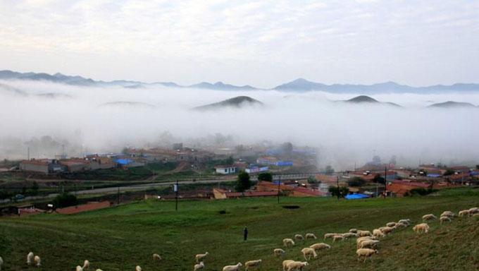 兰州牌楼村:黄土高原云雾缭绕 宛如海市蜃楼