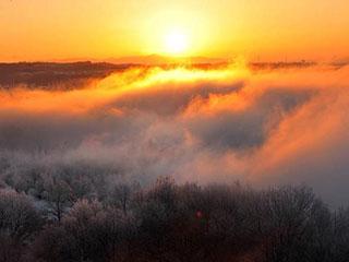 新疆喀什河现雾凇奇观 雾气蒸腾美如仙境