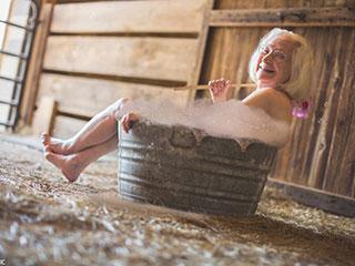 有爱!美国老人拍裸体日历为儿童筹善款
