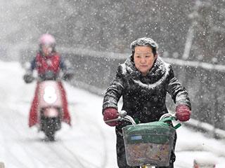 """全国多地迎来降雪 民众变""""白头翁"""""""