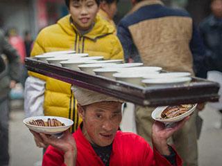 四川高人头顶食槽传菜 38年30万碗从未失手