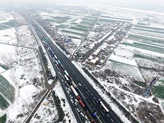 陕西西安迎降雪 多条高速封路堵塞