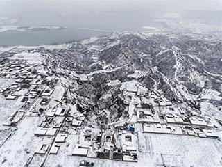 下雪的黄土高原 黑白分明如水墨画