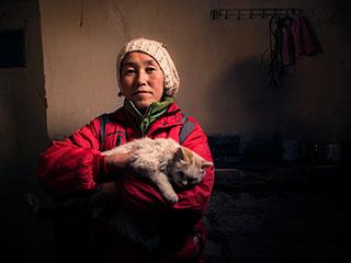 中国人的一天:一个随着村庄飘零在路上的女人