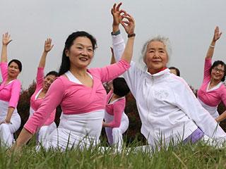 湖北老太花海中秀瑜伽 平均年龄60岁
