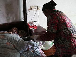 中国人的一天:她照顾瘫痪丈夫30年 盖起三层楼
