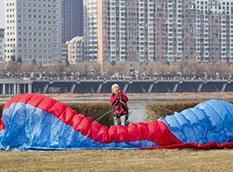 古稀老太爱上滑翔伞 迎风飞天寻新感觉