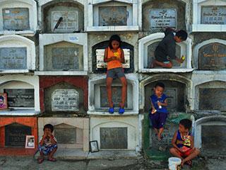 与死人为伴 探访菲律宾活人居住的墓地