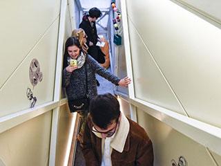 世界最窄建筑宽度不足一米 难挡游客参观热情