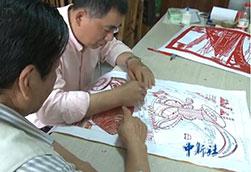 民间剪纸艺人师徒剪出湖北五年巨变