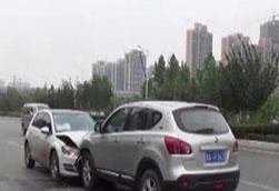 """郑州:两口子生气 街头开车""""顶牛"""""""