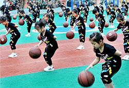 """江西德兴:花样篮球迎""""六一""""(图)"""