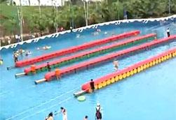 """重庆上百男女穿上高跟鞋上演""""水上漂"""""""