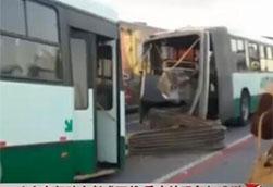 巴西公交车断成两截 监控记录惊险一刻