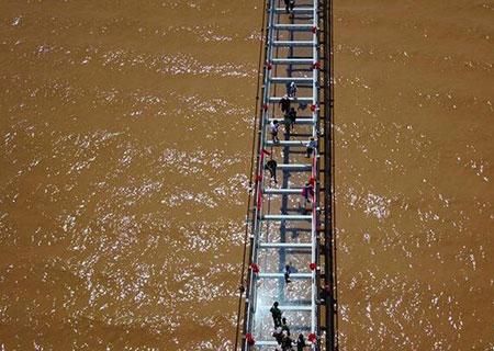 宁夏:横跨黄河玻璃桥惊艳亮相沙坡头【组图】