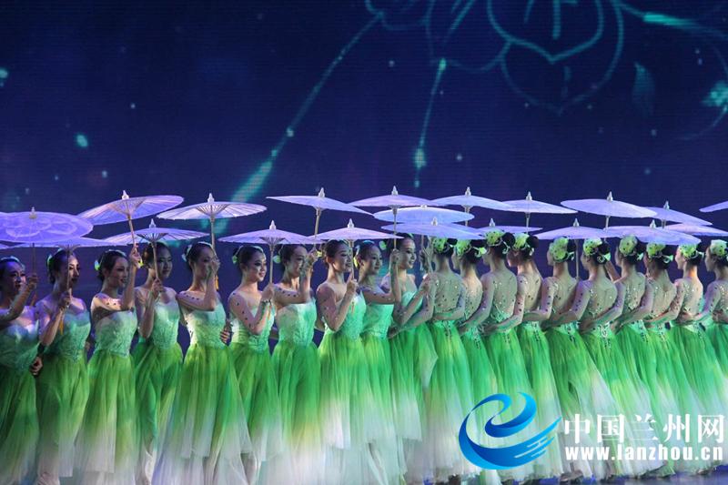 整场晚会演出形式有歌伴舞、舞蹈、戏曲联唱、京剧、配乐诗朗诵等。一个个优美的舞蹈,一曲曲嘹亮的歌声,为观众献上了一场精彩的视听盛宴。兰州演艺集团的演员们用精彩纷呈的文艺表演向金城百姓诠释着中国梦的美好定义。芭蕾舞《万泉河水清又清》、配乐诗朗诵《永远跟党走》、合唱《歌唱祖国》、男女声二重唱《不忘初心》等节目弘扬主旋律,宣传正能量,激发了人民群众爱党、爱国的真挚情感,展现出我市人民昂扬向上的精神风貌。