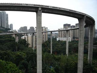 """重庆一立交桥与高楼""""齐平"""" 桥上行车如坐过山车"""