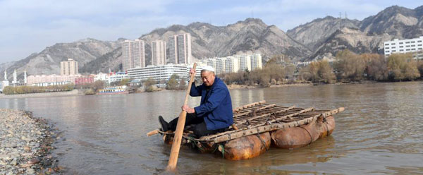 兰州四代人薅羊毛吹羊皮 传承羊皮筏子古手艺