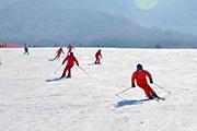 西北首座度假型滑雪场――鳌山滑雪场开门迎客