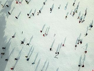 航拍南方游客庐山尽享冰雪运动乐趣