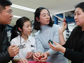 """上海民众走近""""让文物活起来""""的工匠 体验文物修复"""