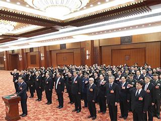 十三届全国人大专门委员会组成人员进行宪法宣誓