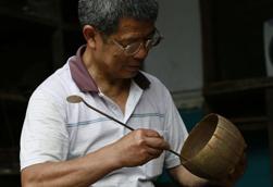 张家界民间匠人:数千次锤打炼一把铜壶