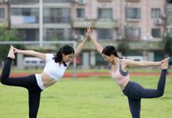 桂北山区民众晨练瑜伽迎接世界瑜伽日