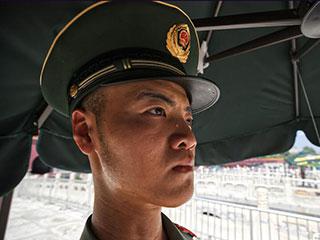 天安门广场地表温度破50℃ 武警战士坚守哨位