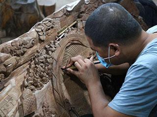 济南老人痴迷雕刻艺术 木头上塑立体清明上河图